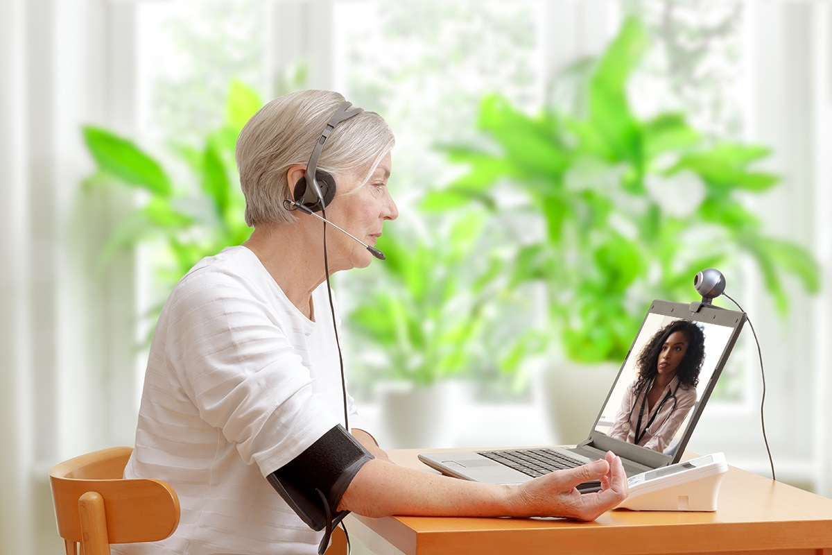 Pacjentka korzystająca z e porady online za pomocą komputera z kamerką internetową.